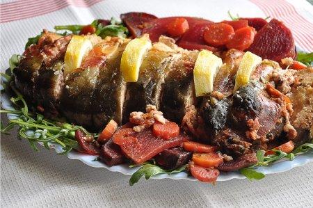 Фаршированная щука по-еврейски на блюде