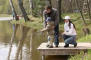 семья рыбалка водоем удочки