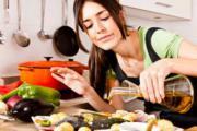 девушка готовит рыбу