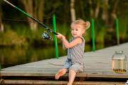маленькая девочка удочка банка окунь рыбалка