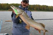 рыбак с огромной щукой в руках