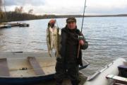 рыбак с уловом на Яузском водохранилище