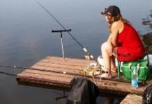 девушка ловит рыбу на фидер