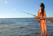 девушка со спиннингом на рыбалке
