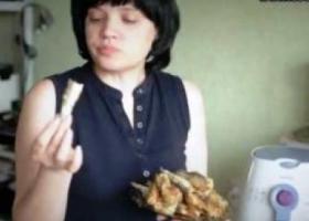 женщина ест рыбу