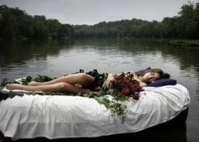 девушка сон река кровать цветы