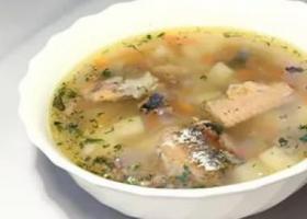 тарелка с супом из рыбных консервов