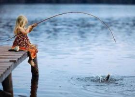девочка ловит рыбу