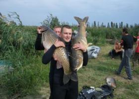 рыбак с сазанами