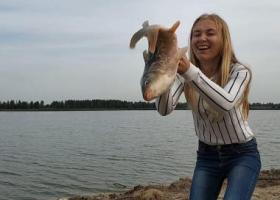 девушка с карпом на белорусском платнике