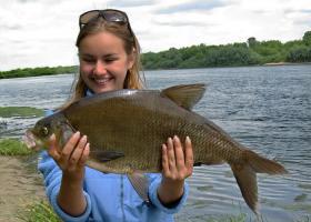 девушка лещ рыбалка река