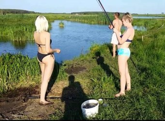 девушки удочки рыбалка лето